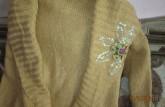 Sweter ozdobiony cekinami i koralikami